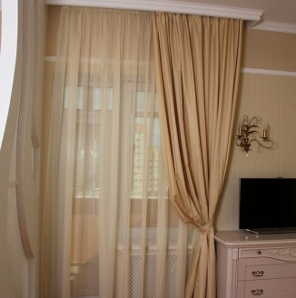 Бежевые шторы на окно в спальню