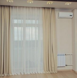 Современные бежевые шторы в гостиную