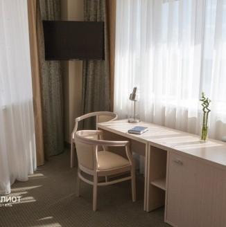 Оформление комнаты отеля шторами в современном стиле