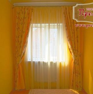 Прямые шторы в солнечную спальню