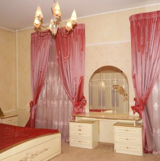 Классические шторы для алой комнаты