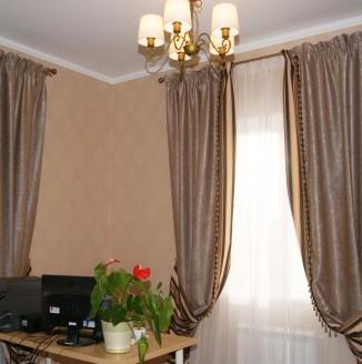 Полосатые шторы в кабинет