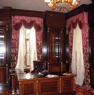 Высокие классические шторы в кабинет