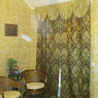 Классические шторы с вазоном в гостиную