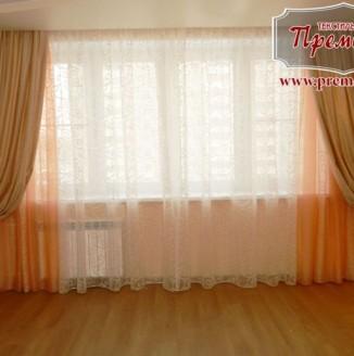 Прямые шторы для золотой гостиной
