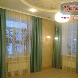 Прямые зеленые шторы в гостиную