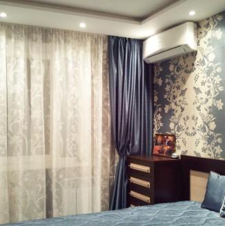 Современное оформление спальни шторами