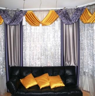 Интерьер гостиной с фиолетовыми шторами