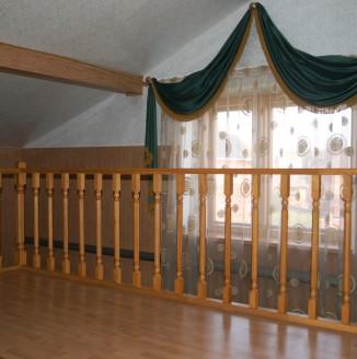 Оформление мансарды классическими шторами