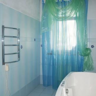 Оформление ванной комнаты шторами в современном стиле
