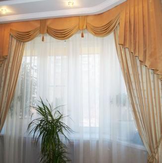Бежевые шторы с ламбрикеном в гостиную