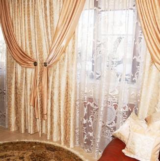 Вариант бежевых штор в гостиную