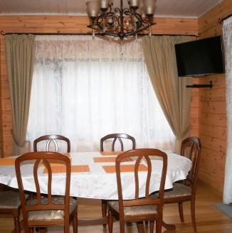 Прямые шторы для кухни в современном стиле