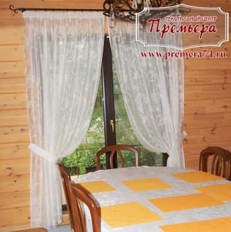Легкие белые шторы для столовой