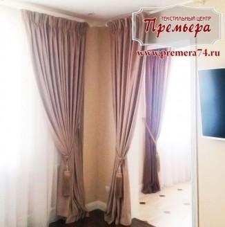 Коричневые шторы в светлую гостиную