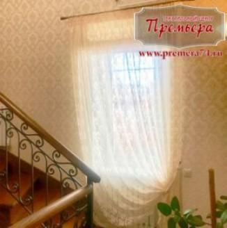 Французская тюль для окна у лестницы