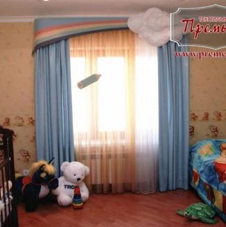 Дизайн детской комнаты с радужным ламбрекеном