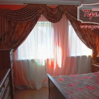 Оформление спальни шторами с дамасским орнаментом