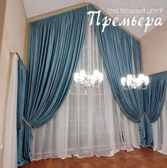 Синие шторы для высокой гостиной