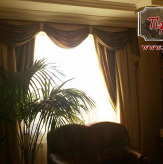 Вариант оформления гостиной классическими шторами