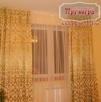 Золотистые шторы в гостиную