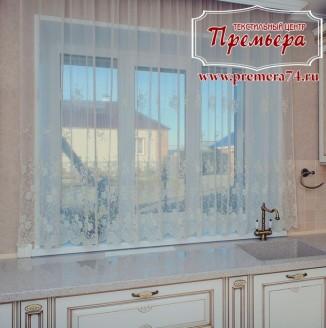 Прозрачная занавеска на кухонное окно