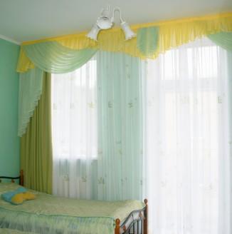 Оформление детской комнаты салатовыми шторами