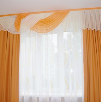 Варианты штор для холла