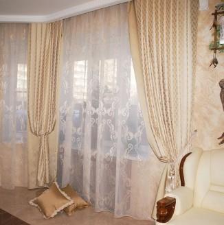 Классические бежевые шторы в гостиную